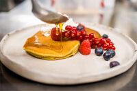 Pancakes cu faina de dovleac si ulei de rapita, frisca si glazura cu ulei din samburi de nuca si sirop de artar (vegetarian)