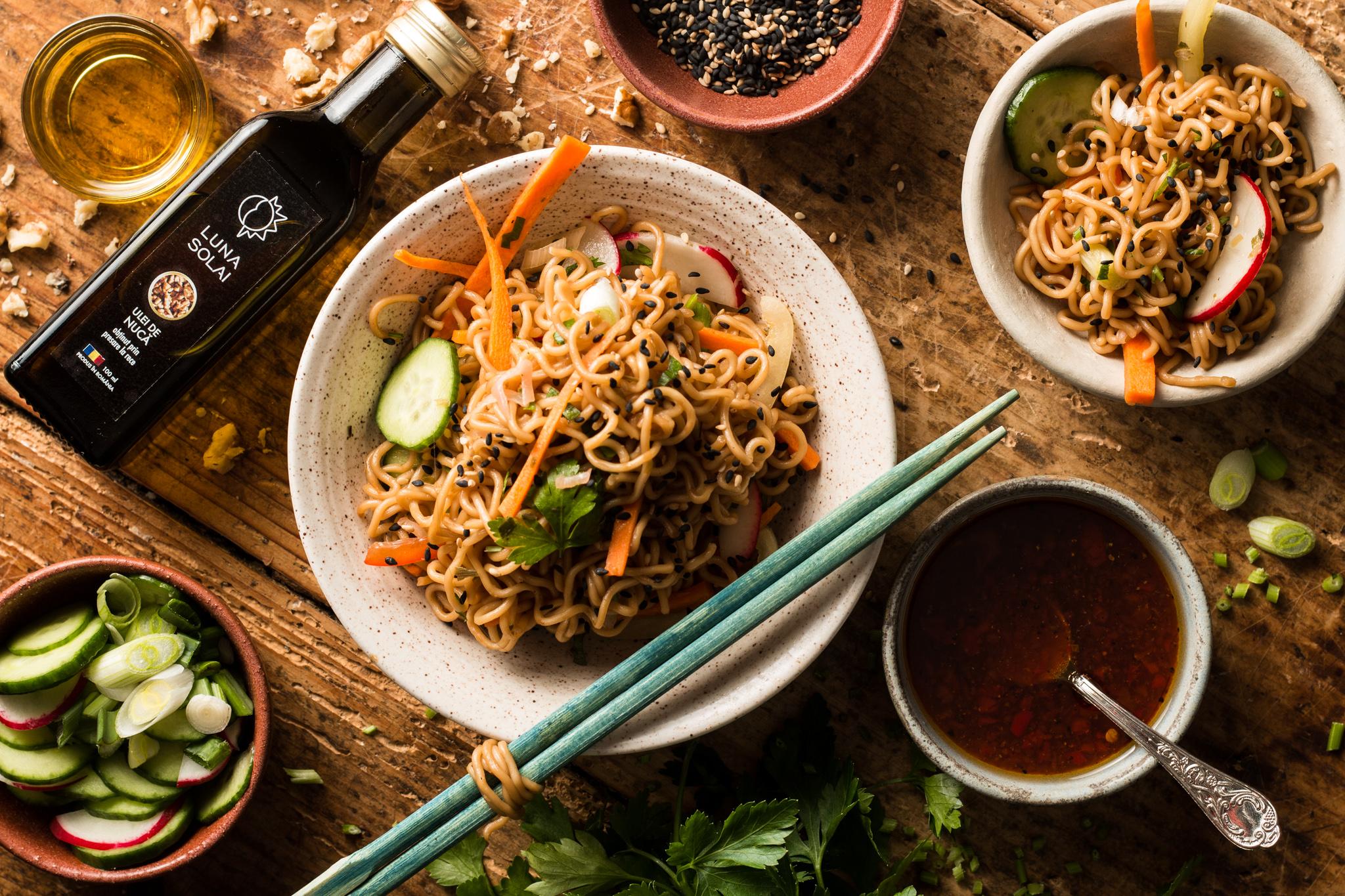 Soba noodles cu crudități și ulei de nucă. Sau cum să pui Asia pe masă în 15 minute